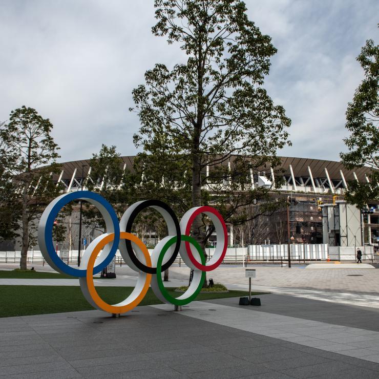 Les anneaux olympiques devant le stade olympiques