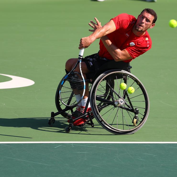 Service en tennis fauteuil