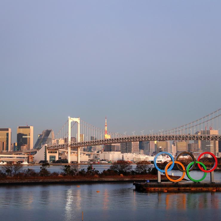 Péniche portant les anneaux olympiques