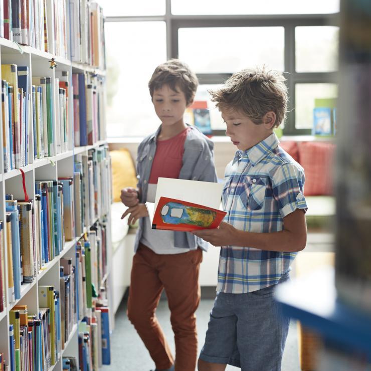 Ecoliers à la bibliothèque