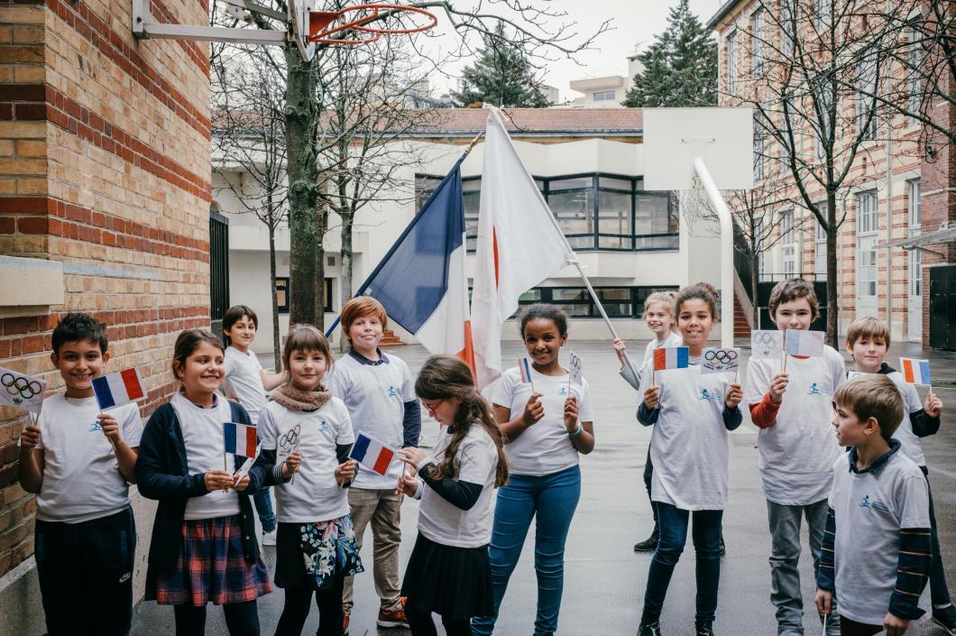 Enfants aux couleurs de la délégation olympique