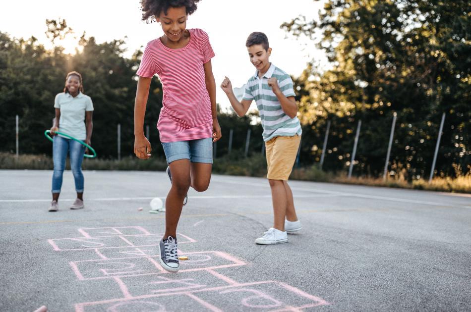 Enfants jouant à la marelle 2