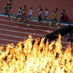 Flamme olympique et coureurs