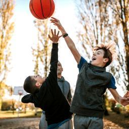 Enfants jouant au basket