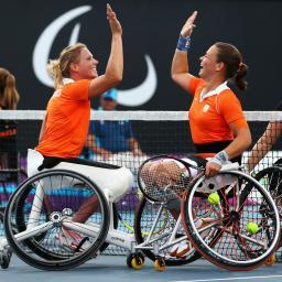 Deux joueuse de tennis fauteuil se checkent