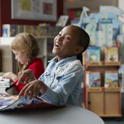 Enfant rieur qui lit