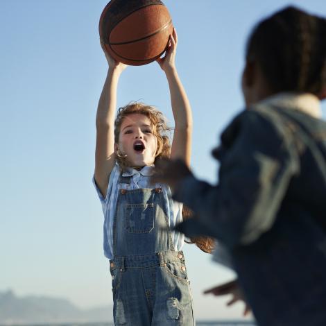 Deux jeunes jouent au basketball